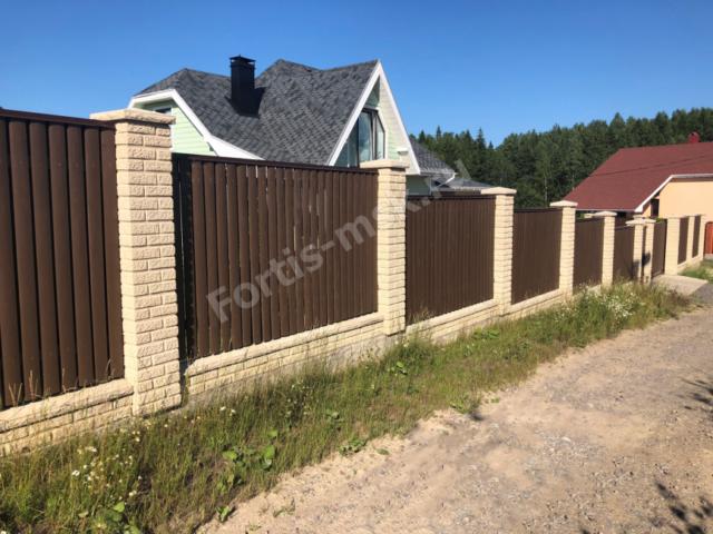 Забор из блоков Кирпич Старый Замок и Крышек Карельский камень