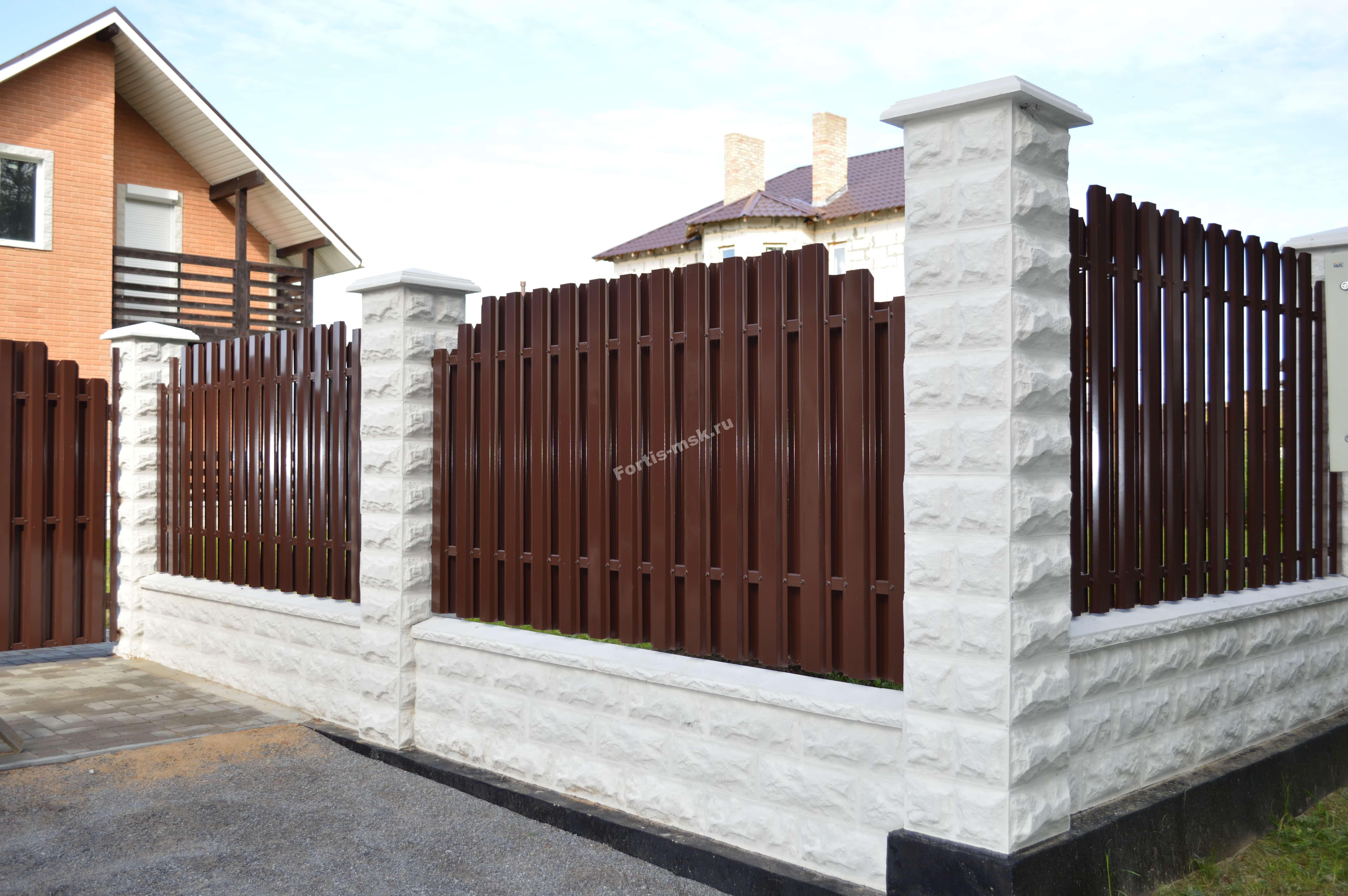 выбор забор из колотого блока и дерева фото что