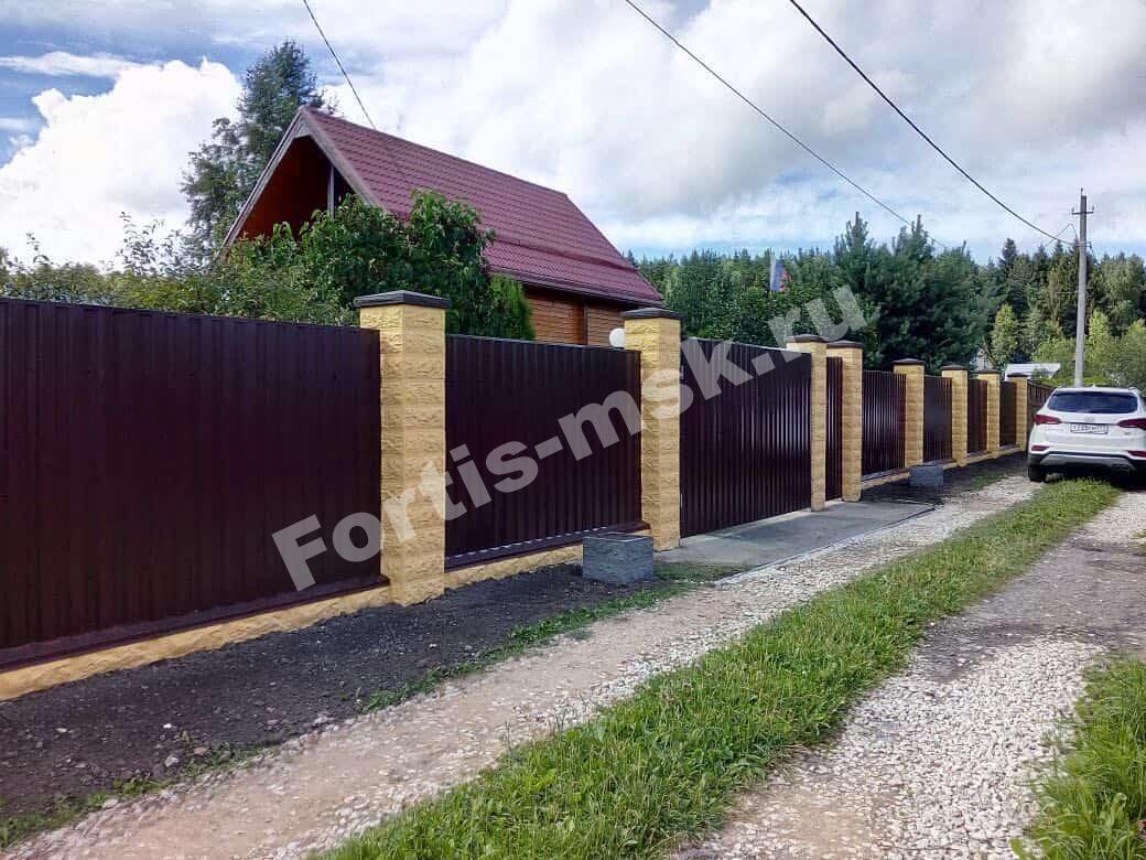 Заборы из колотого блока