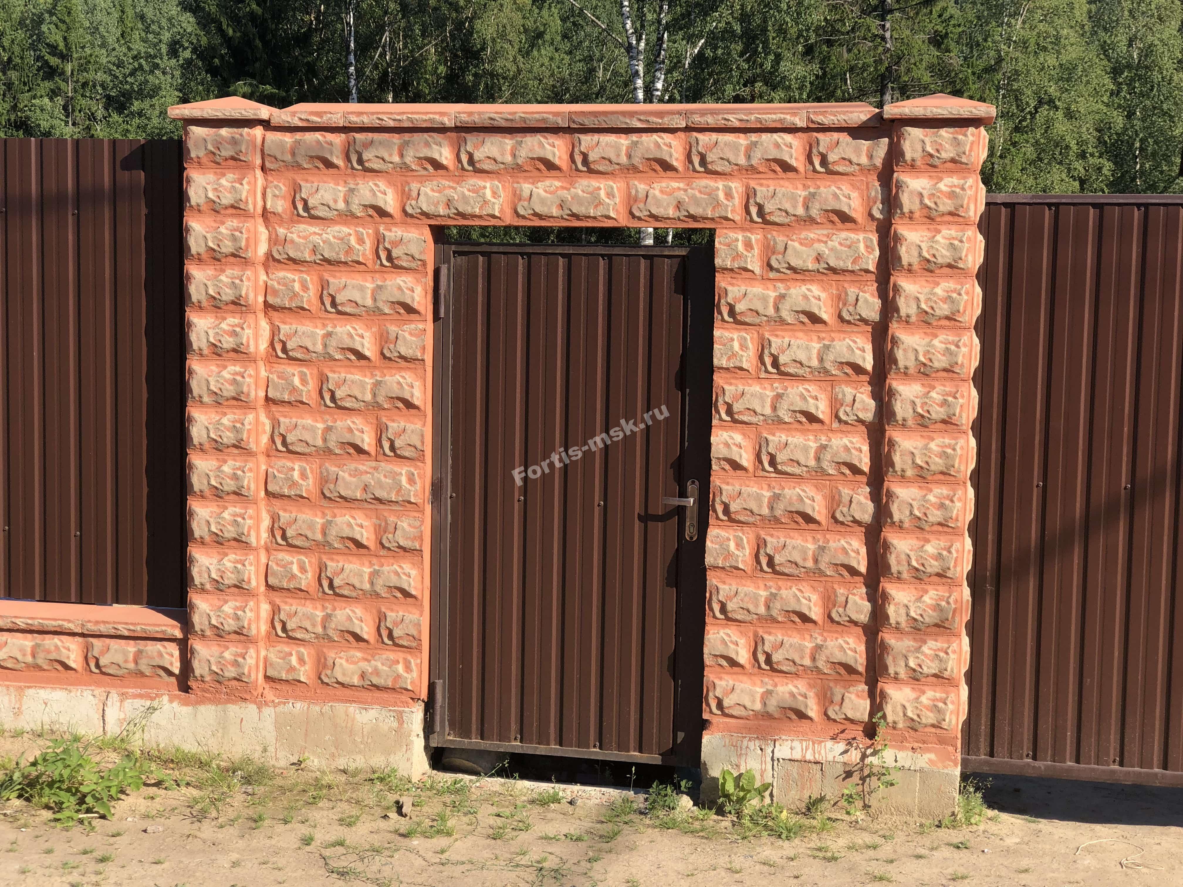 Виды и особенности блоков для ограждений рваный камень
